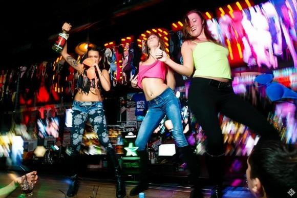 SAINT PETERSBURG: NIGHTLIFE AND CLUBS Vita-notturna-San-Pietroburgo-Coyote-Ugly-ragazze-580x386