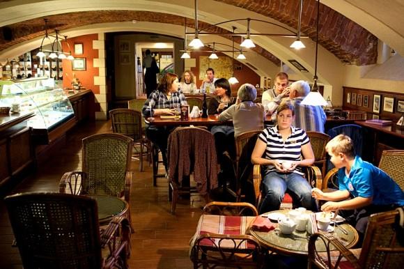 SAINT PETERSBURG: NIGHTLIFE AND CLUBS Vita-notturna-San-Pietroburgo-James-Cook-Pub-580x386