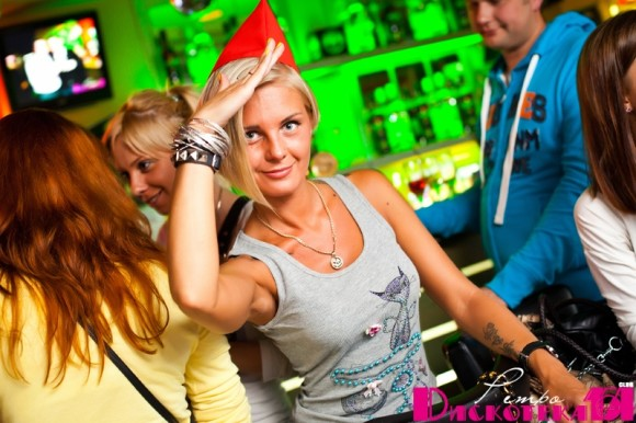 SAINT PETERSBURG: NIGHTLIFE AND CLUBS Vita-notturna-San-Pietroburgo-Retro-Discoteka-Papanin-ragazze-russe-580x386