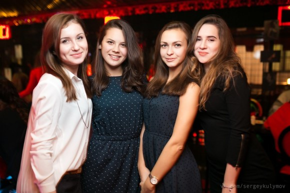 SAINT PETERSBURG: NIGHTLIFE AND CLUBS Vita-notturna-San-Pietroburgo-ragazze-Caf%C3%A8-Gloss-580x386