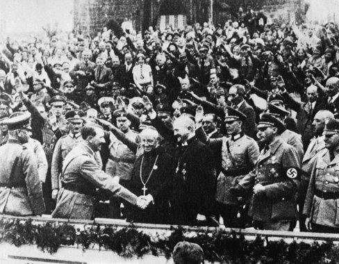 ¿POR QUÉ CALLARON LAS IGLESIAS? Hitler-with-Muller