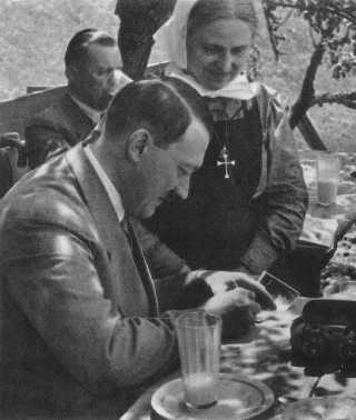 ¿POR QUÉ CALLARON LAS IGLESIAS? HitlerWithFan