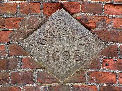Gioco: Conta per immagini (1501-2250) - Pagina 14 Hunsett-drainage-datestone-1698