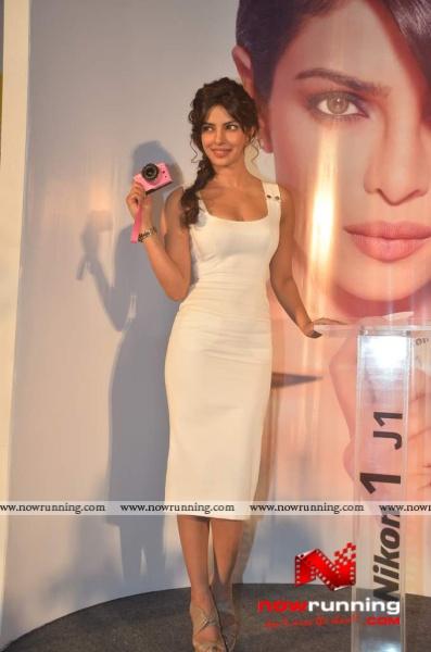 Chopra - Priyanka Chopra (MISS WORLD 2000) Priyanka-launches-Nikon-12