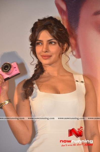 Chopra - Priyanka Chopra (MISS WORLD 2000) Priyanka-launches-Nikon-15