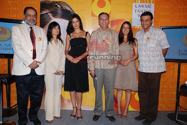 Katrina Kaif launches Lakme Sun Expert collection LFW%20-%20Katrina%20Kaif%20(6)