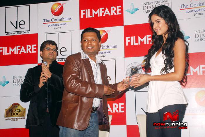 Katrina unveils Filmfare issue DSC_0282