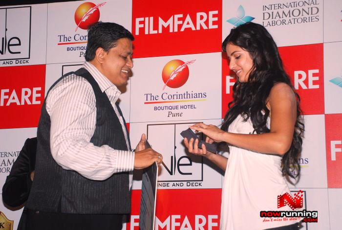 Katrina unveils Filmfare issue DSC_0291