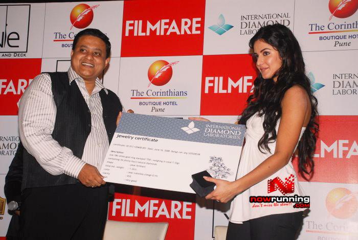 Katrina unveils Filmfare issue DSC_0293