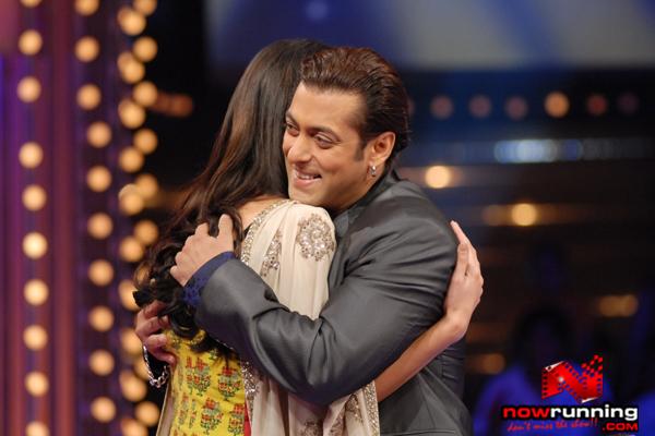 Katrina met Salman on 10 ka Dum Lets%20hug