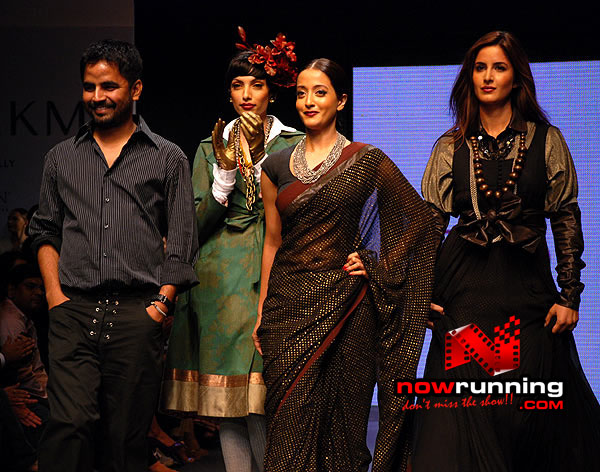 Katrina and Raima on the ramp for Sabyasachi Lakme%20Fashion%20Week%20Kareena%20Raima%206