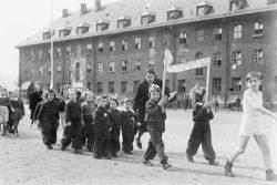 Geschichte Israel: Jüdische DP-Lager und Gemeinden in der US-Zone Kindermarsch_RO_600-250x167