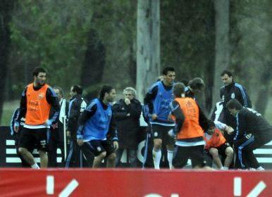 منتدى مجاني : Husson tkd - البوابة Messi-atendido-costado-cancha-practica_OLEIMA20100521_0061_3