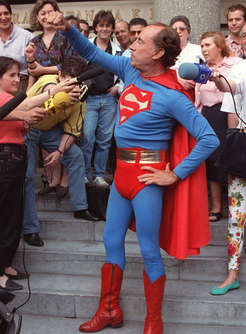 100 Pesetas 1948 - Página 3 Jose-Maria-Ruiz-Mateos-vestido-Superman-durante-juicio-caso-Ibercorp-22-19921