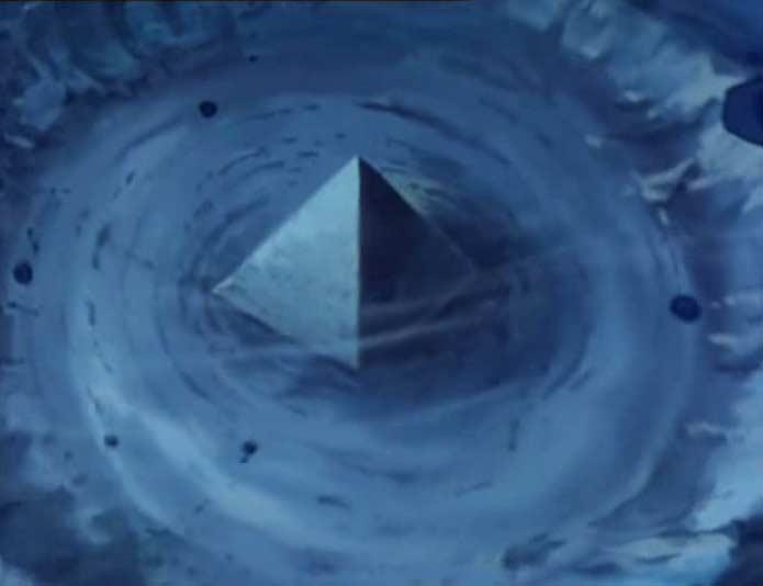 Pyramides de verre dans les bermudes 8611