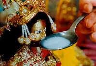 Le miracle du lait bu par Shri Ganesha et d'autres Divinités filmé voir vidéo ....... Ganesh01