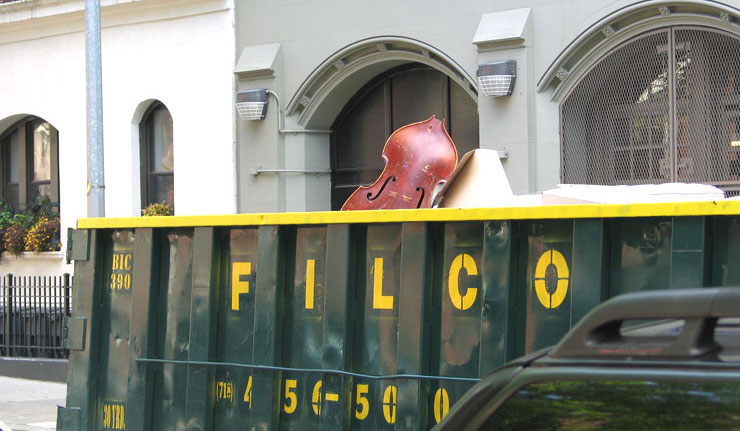 Um contra-baixo no lixo encontra Paulo Gomes... Dumpster04