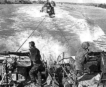 Patrol Air Cushion Vehicle (PACV) et Patrol Boat River (PBR) Towed