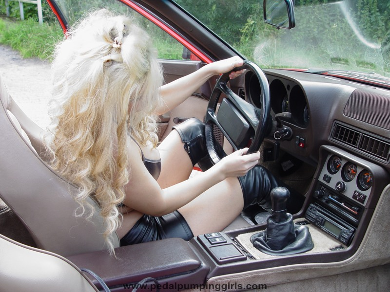Poils sexy - Page 39 Porsche_944_girl_cranking_over_knee_boots_004