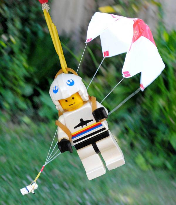 Un  paracaídas casero para hacer con los niños Juegos-paracaidas
