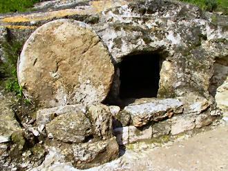 المسيح قام بلغات مختلفه Empty-tomb1