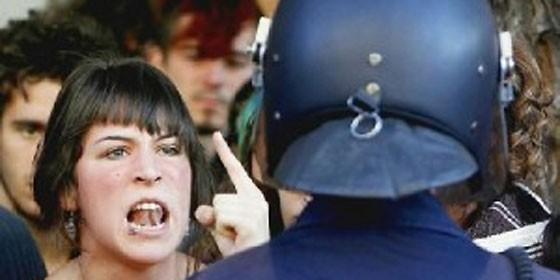 """""""Pegar a un policía sale por 30 euros; si el agresor es reincidente, por 50"""" Mujerincrepapolicia_560x280"""