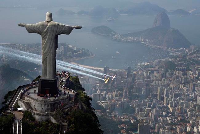 Frage an den lieben ABA zu Jesaja 53 Vers 8 - Seite 5 Beautifull-rio-janeiro-jesus-statue-plane-acrobatics