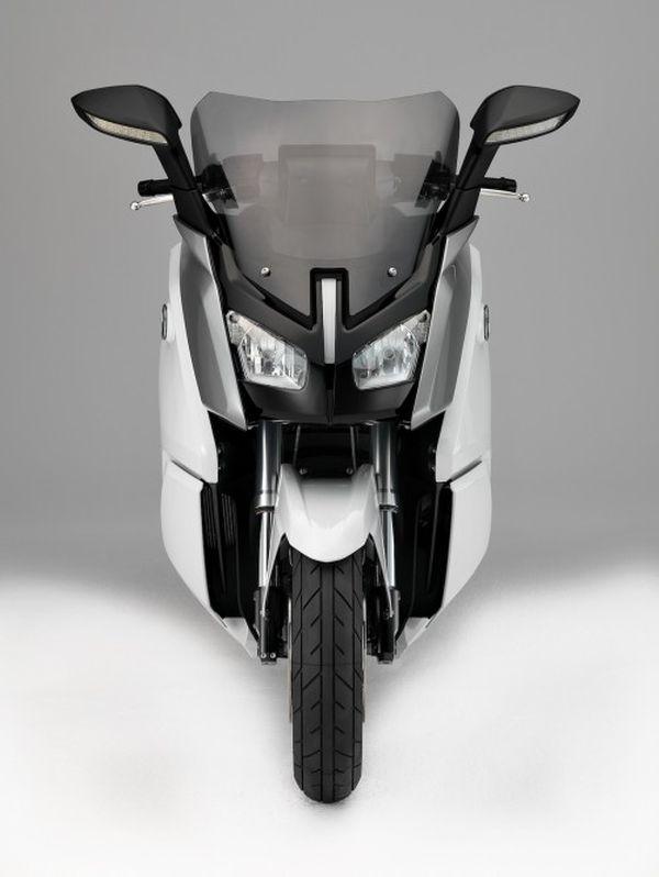 Le BMW C Evolution, est fin pret ... With-BMW-C-evolution-electric-scooter-7