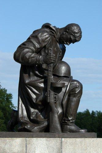 Purificação Nacional - Página 6 Treptow-park-soviet-memorial-berlin-d1039
