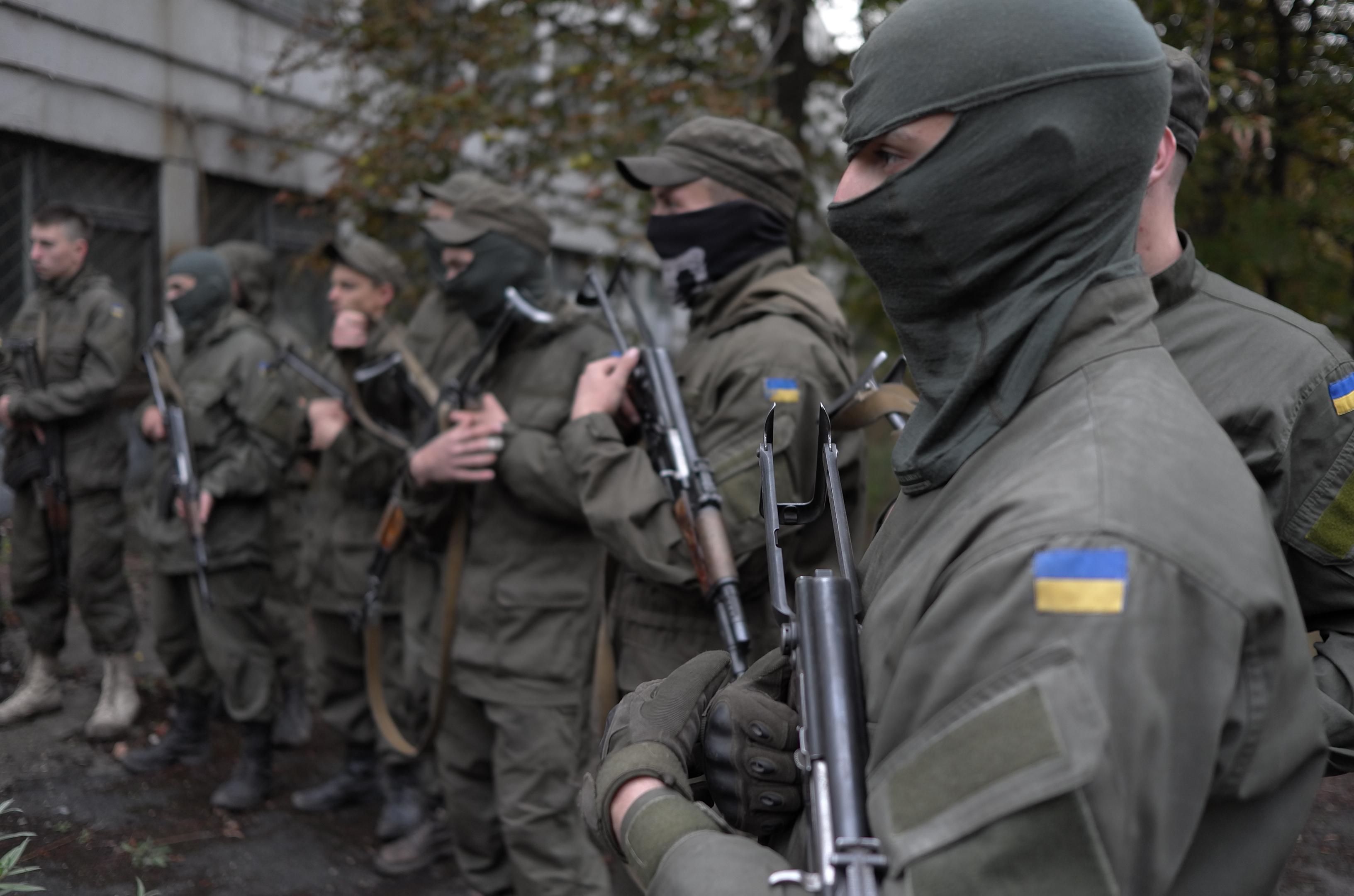 Affrontements en Ukraine : Ce qui est caché par les médias et les partis politiques pro-européens - Page 15 Volontaires-du-groupe-arme-ultra-nationaliste-AzovcPREMIERES-LIGNES