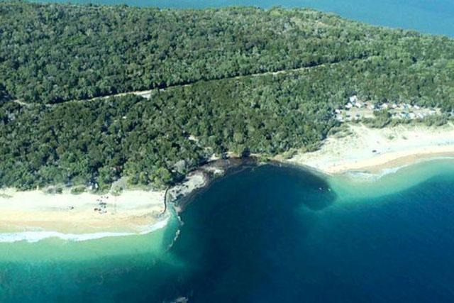 Un Sinkhole géant avale un camping en Australie Topelement