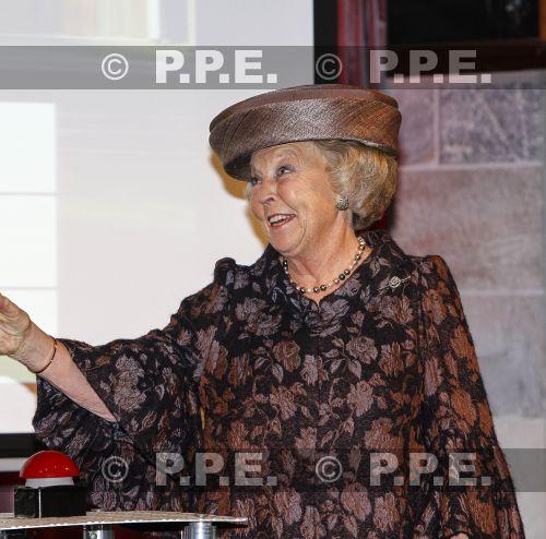 Princesa Beatrix Wilhelmina Armgard van Oranje-Nassau - Página 2 PPE13110538