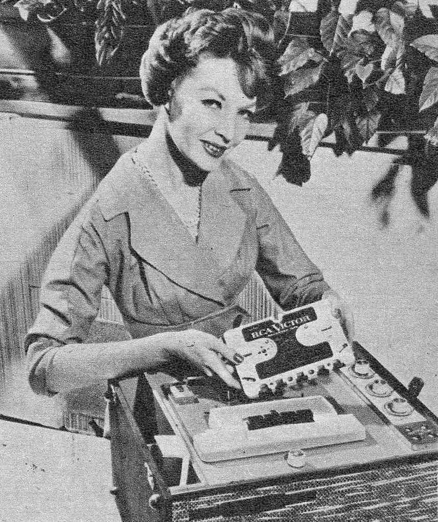 """Efeito WAF """"The Golden Age of Hi-Fi (ladies-of)"""" Seated_tapePlayer1"""
