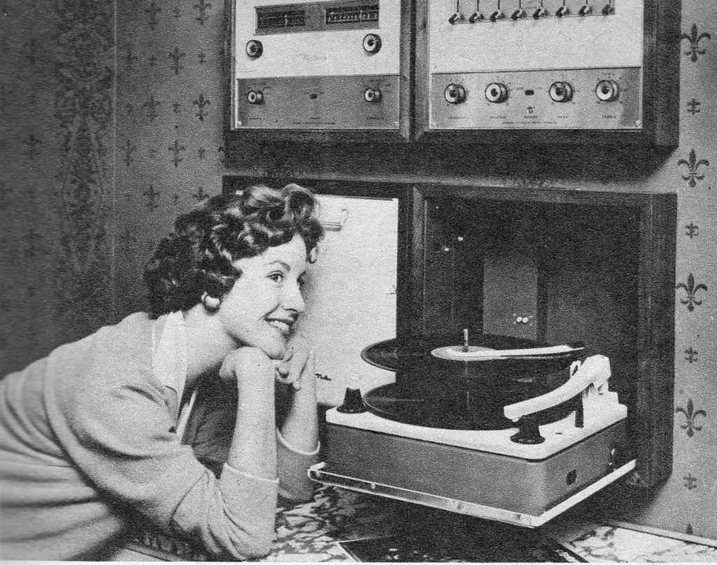 """Efeito WAF """"The Golden Age of Hi-Fi (ladies-of)"""" Smiling_wRecordChanger-1024x806"""