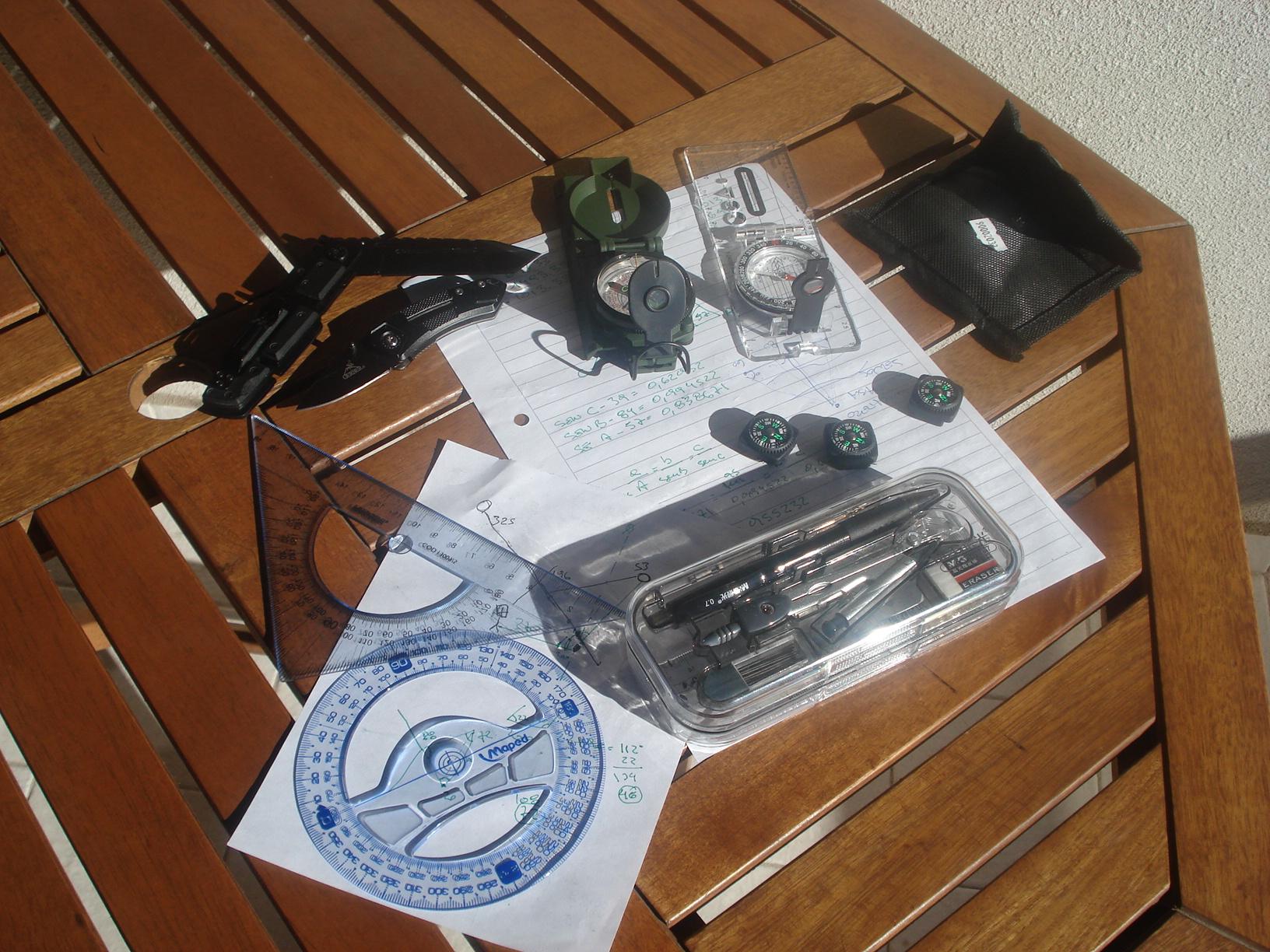 Un pequeño kit de brújulas, protractors (compases) y reglas de escala... y algo más. DSC00444