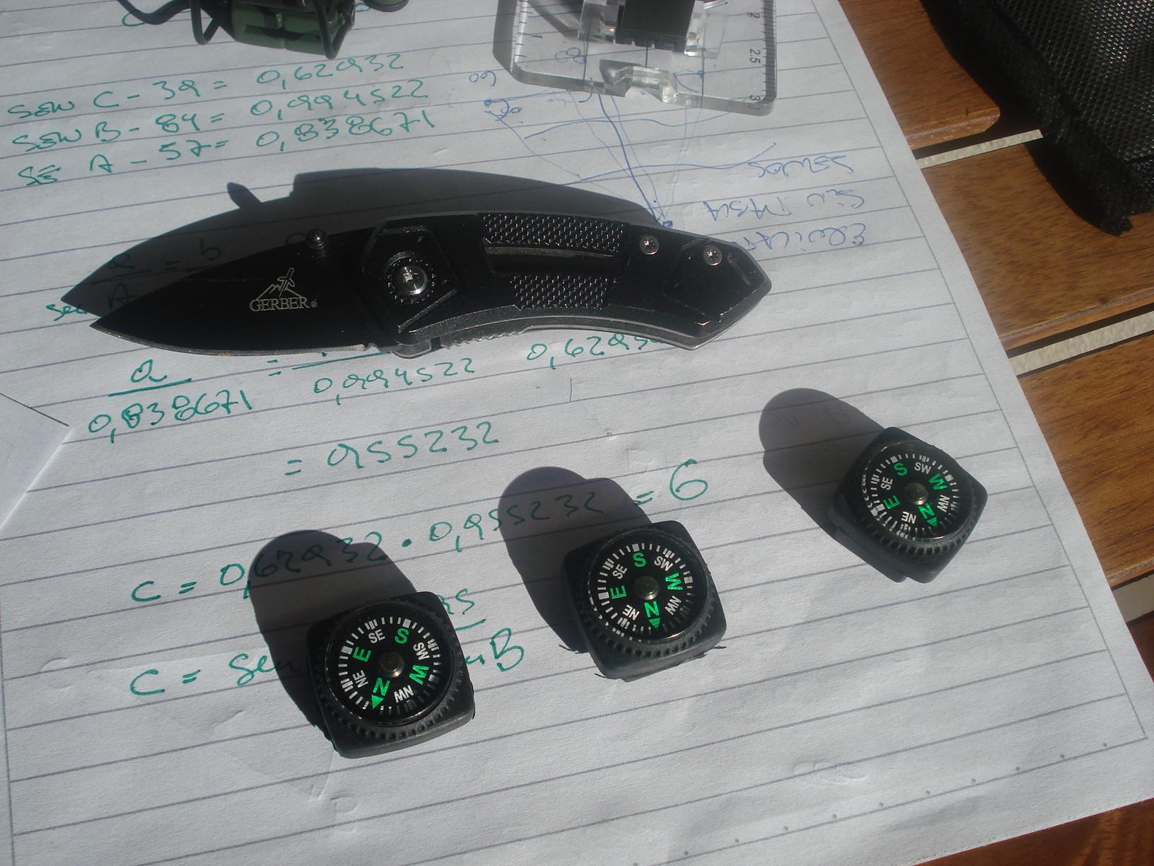 Un pequeño kit de brújulas, protractors (compases) y reglas de escala... y algo más. DSC00445