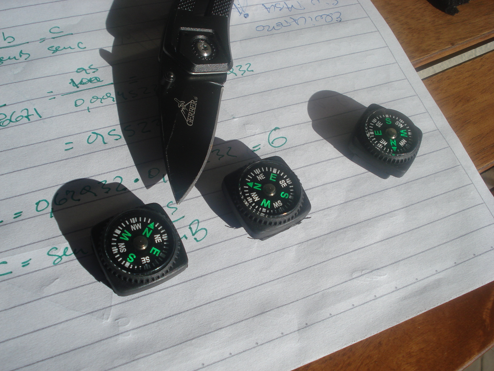 Un pequeño kit de brújulas, protractors (compases) y reglas de escala... y algo más. DSC00446