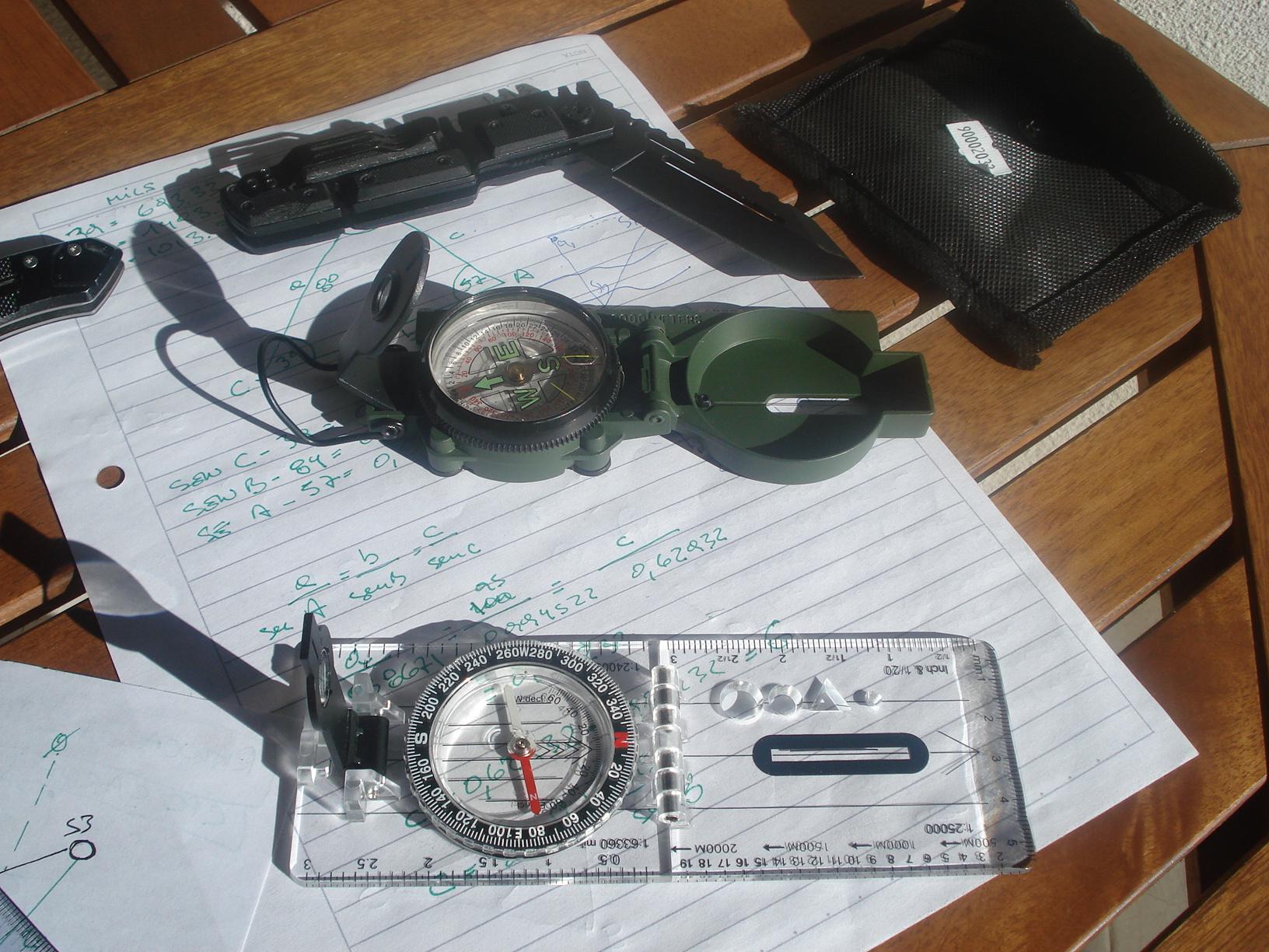 Un pequeño kit de brújulas, protractors (compases) y reglas de escala... y algo más. DSC00447