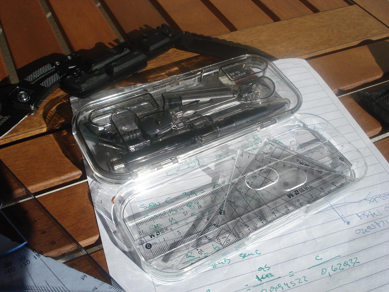 Un pequeño kit de brújulas, protractors (compases) y reglas de escala... y algo más. DSC00449