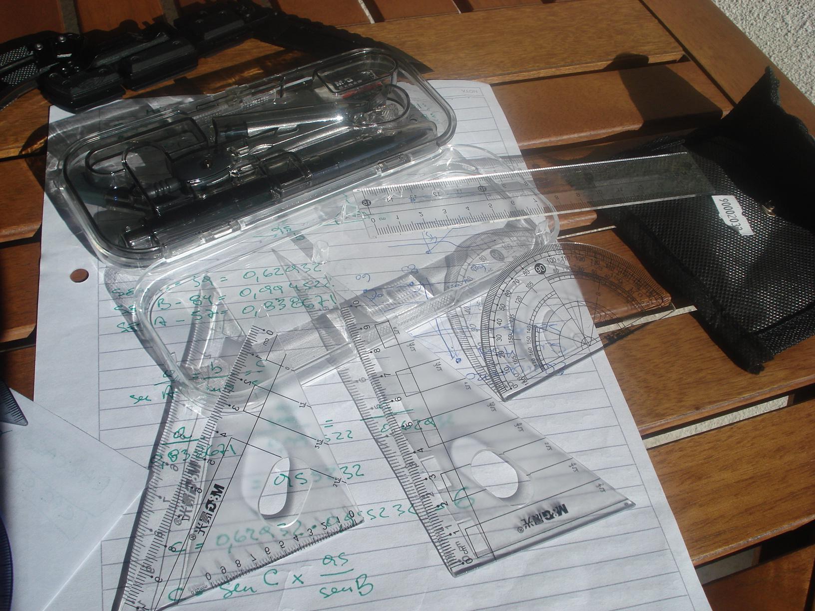 Un pequeño kit de brújulas, protractors (compases) y reglas de escala... y algo más. DSC00450