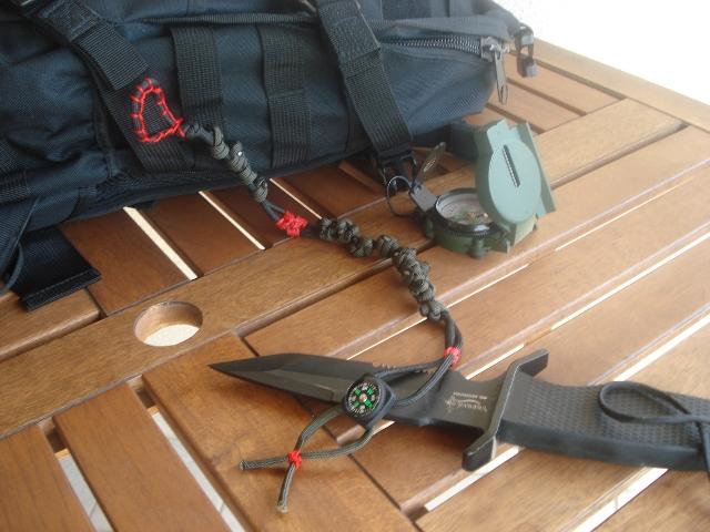 Un pequeño kit de brújulas, protractors (compases) y reglas de escala... y algo más. DSC004531