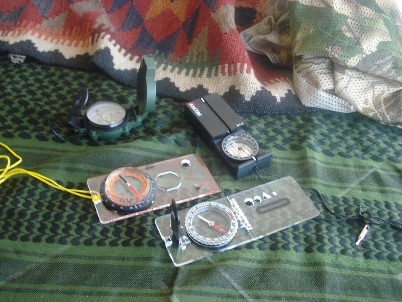Un pequeño kit de brújulas, protractors (compases) y reglas de escala... y algo más. DSC005091