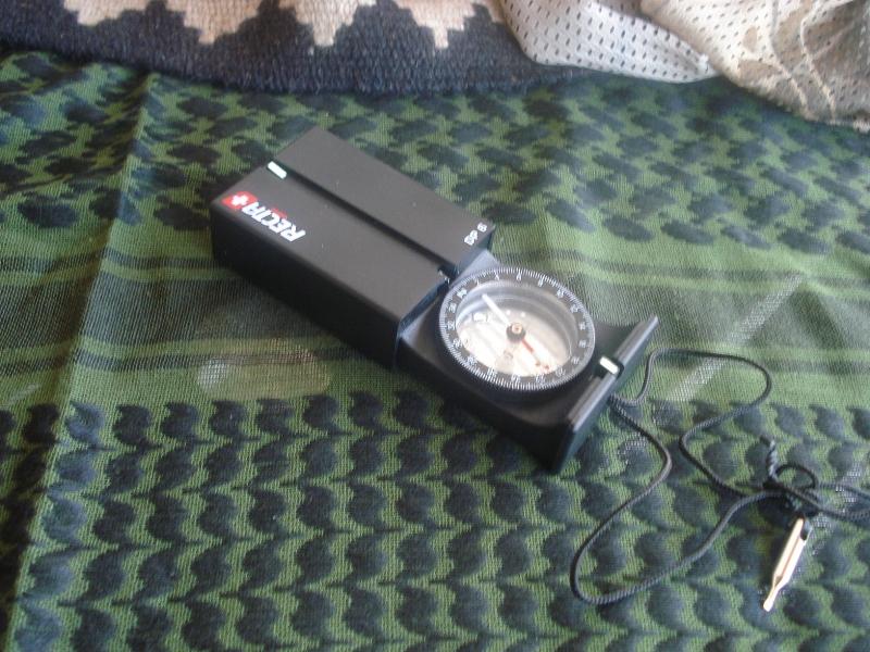 Un pequeño kit de brújulas, protractors (compases) y reglas de escala... y algo más. DSC005101