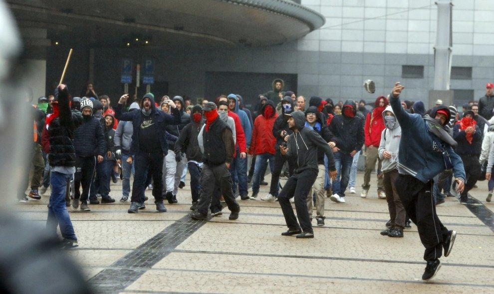 Bélgica: Huelga general. 100.000 personas en una manifestación contra los recortes. Al menos 20 heridos. 5615533a67f9e
