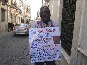 """""""Un desempleado pide trabajo por las calles, disfrazado de Zombie"""". 4320479w-365xXx80"""