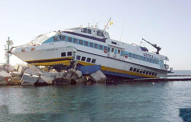 Pomorske nesreće - Page 3 Aliscafo-sugli-scogli