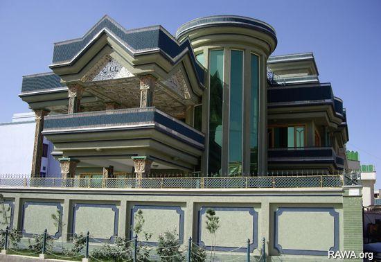 Afghanistan: un lionceau installé sur la terrasse d'un riche H_kabul2_oct06