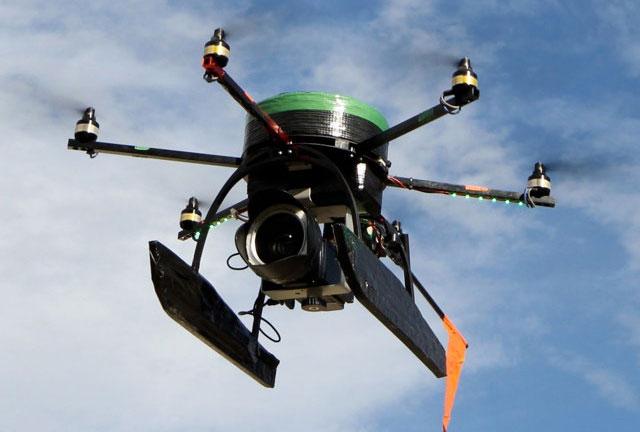 Un OVNI/drone espionne les manifestants russes ! Smartflyer