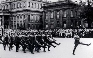 АДОЛЬФ ГИТЛЕР ПРОТИВ ГАБСБУРГОВ!! Nazis-goose-stepping