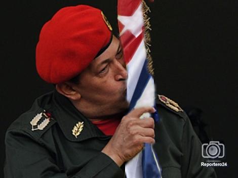 Noticias y  Generalidades - Página 40 Chavez-besa-bandera-cubana